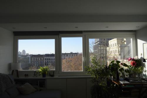 Ventanas pivotantes en aluminio con RPT que ofrecen unas vistas espectaculares del centro de Madrid.