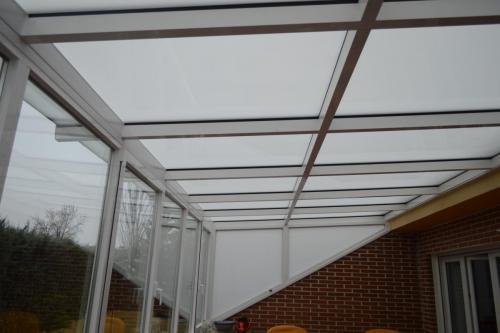Lucernario fabricado e instalado en la terraza de un chalet para aprovechar el espacio en cualquier estación.