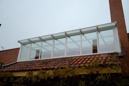 Lucernario fabricado e instalado en la terraza de un chalet desde abajo.