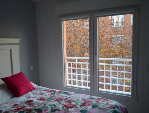 Ventana oscilobatiente de PVC en habitación principal que aporta gran luminosidad a la estancia.