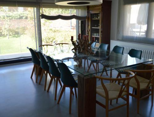 Las grandes ventanas y puertas fabricadas por Afandecor permiten aprovechar la luz natural.