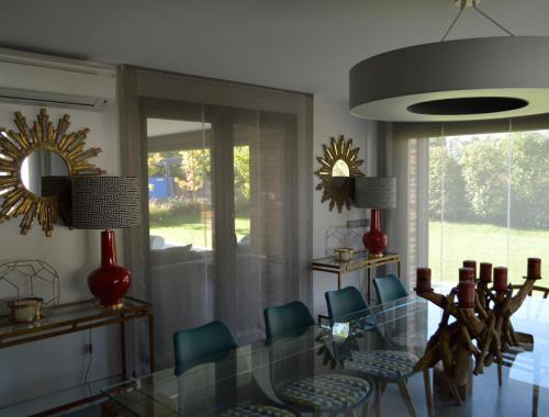 La luz natural proporciona una sensación de amplitud y combina a la perfección con los pequeños detalles decorativos.