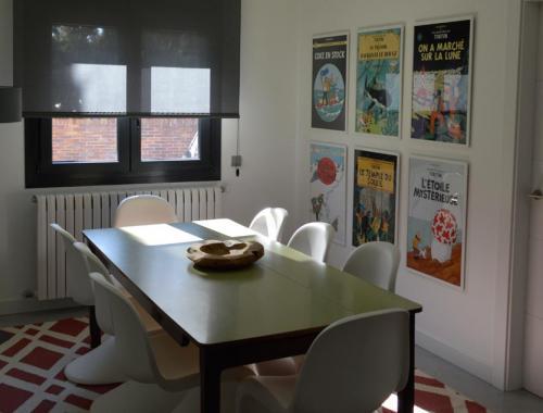 Espacio de cocina para el disfrute familiar con ventana central para aprovechar la luz natural.