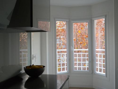 Mirador con ventana oscilobatiente de PVC en cocina que da un toque personal a la estancia.