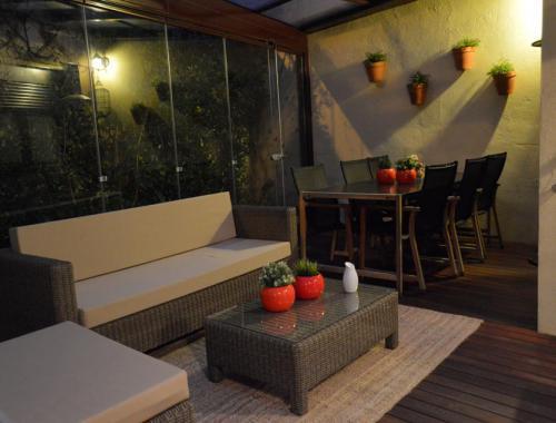Cubierta de patio realizada bajo un techo de sándwich con tela asfáltica para conseguir un buen aislamiento.