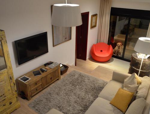 Salón a tres alturas construido sobre una cámara de aire para aislar la vivienda.