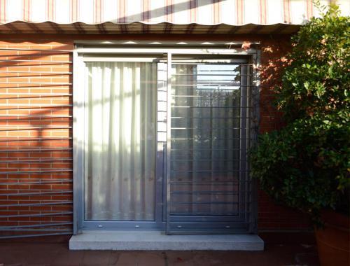 Puerta osciloparalela con perfilería de PVC de salida a la terraza.