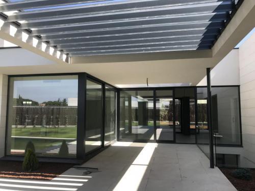 Fabricación e instalación de carpintería metálica en 12 viviendas unifamiliares de la constructora Ferbocar.