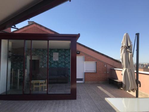Cubierta vista desde el exterior en ático realizada para que los propietarios disfruten del espacio todo el año.