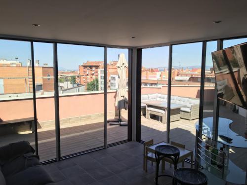 Cubierta vista desde el interior en ático realizada para que los propietarios disfruten del espacio todo el año.