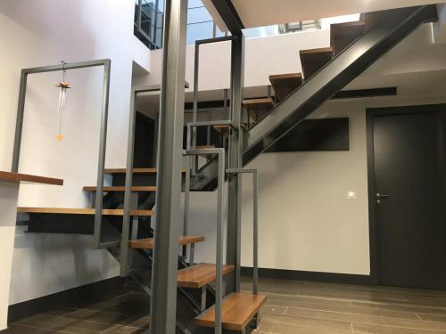 Cambio de situación de escalera realizada por zanca de acero laminado.