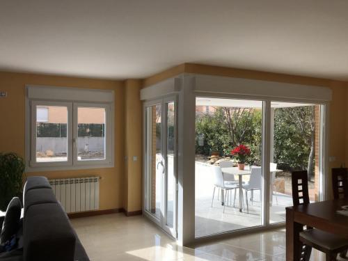 Fabricación e instalación de carpintería de PVC en esta vivienda del noreste de Madrid que se acogió al Plan Renove.