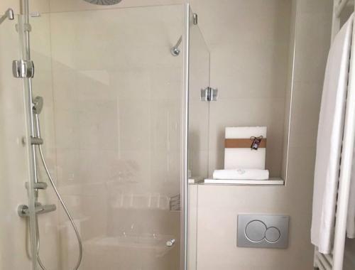 Reforma de baño en el que se ha optimizado el espacio, combinando practicidad con estética.