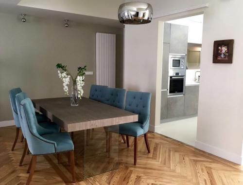 Salón comedor en tonos claros con apertura a cocina que da un toque personal al hogar.