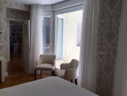 Ventana de PVC en dormitorio que proporciona mucha luminosidad al espacio.