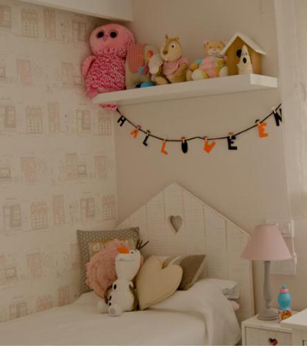 Habitación infantil con detalles en rosa palo que crea un ambiente personal e íntimo.