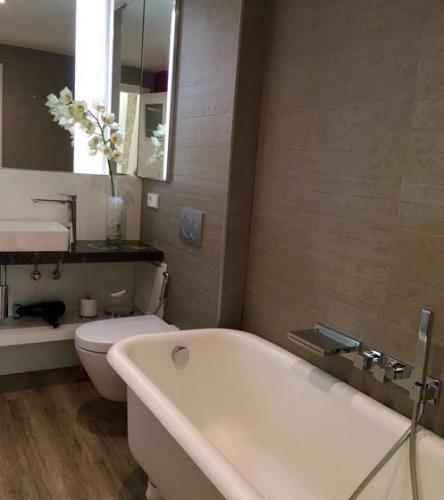 Baño en tono marrón dónde se ha optimizado el espacio combinando practicidad con estética.