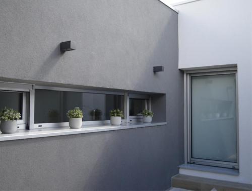 Ventana  y puerta de salida al exterior de aluminio, situadas en una cocina.