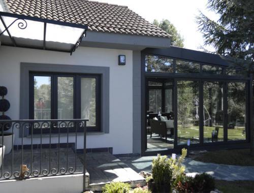 Sustitución integral de ventanas e instalación de lucernario en tres tipos de aluminio.